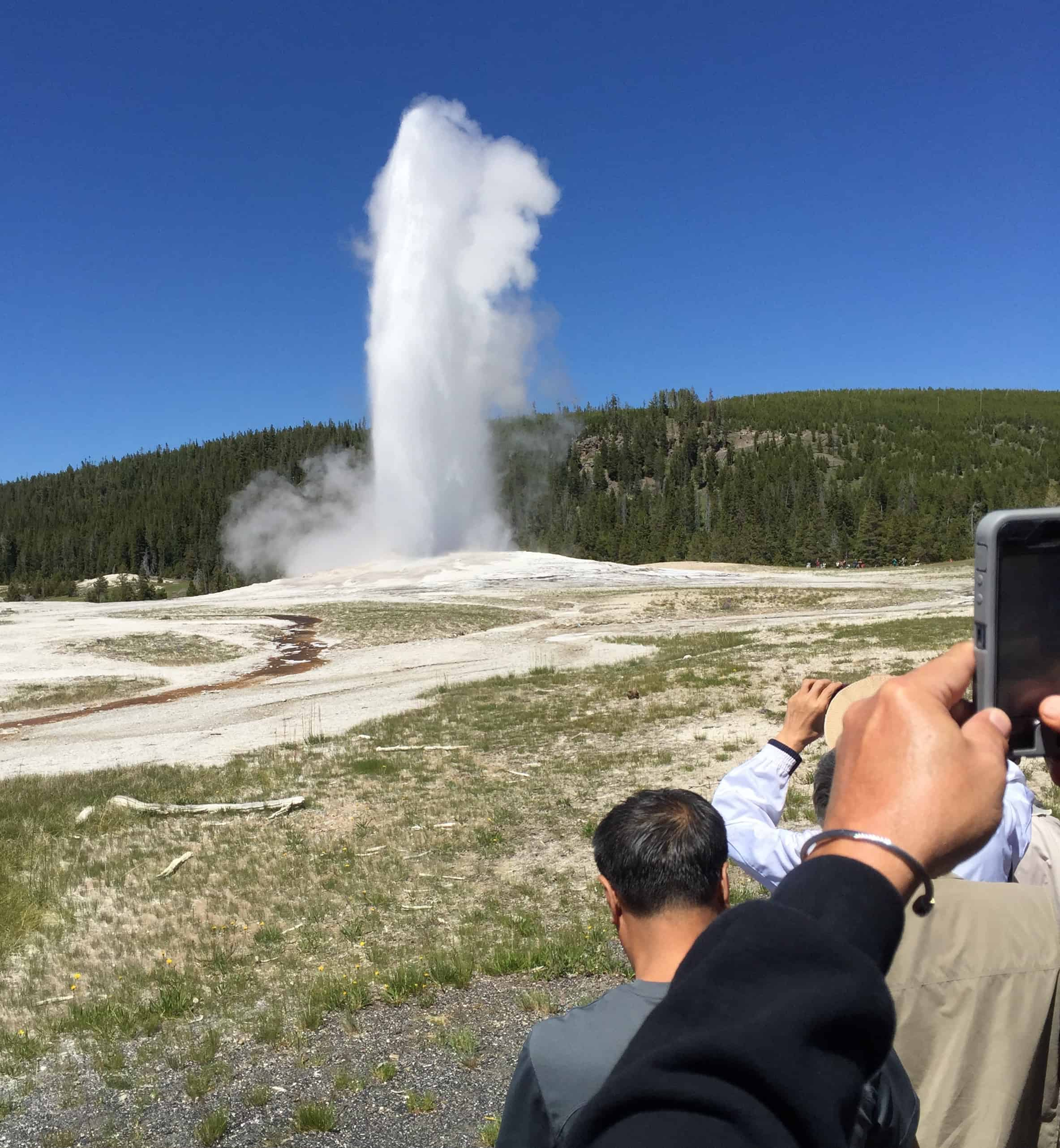 old_faithful_erupting